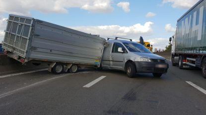 Bestelwagen en aanhangwagen in schaar op viaduct A12 Wilrijk