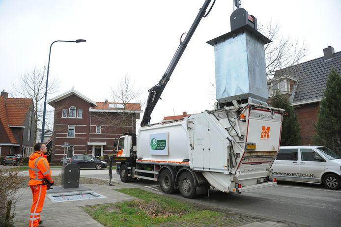 Jeffrey van den Berge leegt plasticcontainers in Middelburg, ook in het weekend.