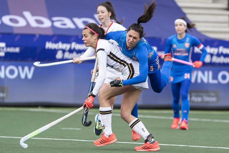 Malou Pheninckx in duel met de Duitse Selin Oruz tijdens een wedstrijd voor de Pro League. Beeld ANP