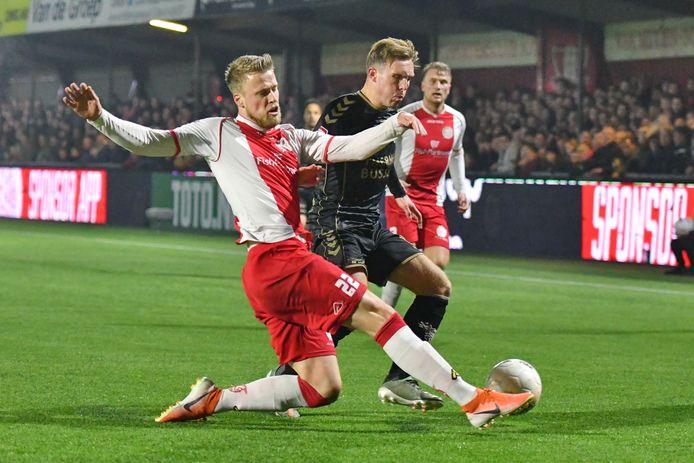 Kevin van Diermen (l) in actie tijdens de achtste finale van de KNVB-beker tegen Go Ahead Eagles, op 23 januari 2020. Na 1-1 verloor IJsselmeervogels in de strafschoppenserie.