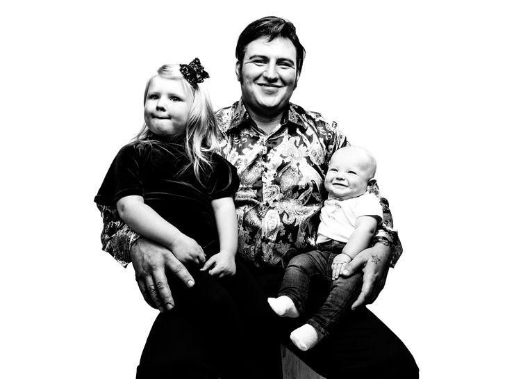 PORTHCAWL, WALES - SEPTEMBER 22:  (EDITORS NOTE: This image has been digitally altered) Steve Knight, 31, a bricklayer from Surrey with his children Presley Beau 4 and a half months and Millie Mae aged 3 poses during a portrait session at 'The Elvies' on September 22, 2017 in Porthcawl, Wales. 'The Elvies' is an annual gathering of Elvis fans and tribute artists which takes place every September. The event consists of hundreds of shows across 20+ venues in the seaside town of Porthcawl, Wales.  (Photo by Gareth Cattermole/Getty Images) Beeld Getty Images