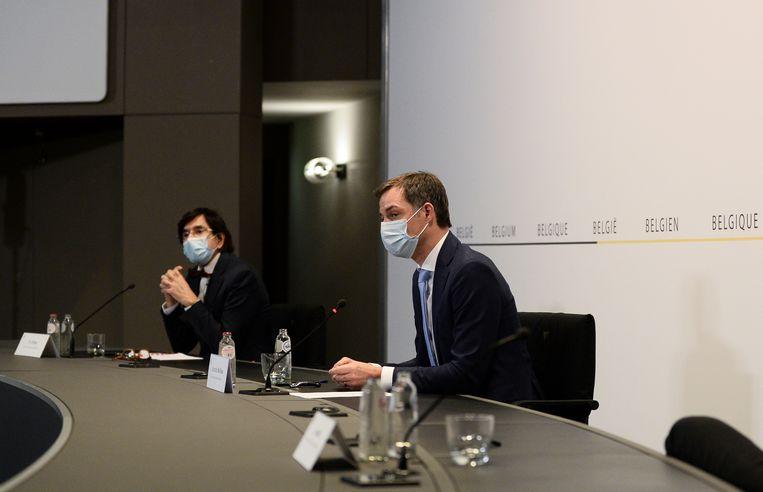 Waals minister-president Elio Di Rupo (PS) en premier Alexander De Croo (Open Vld) op de persconferentie na het Overlegcomité.  Beeld BELGA