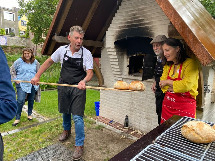 Heerlijk geurend brood, recht uit de traditionele bakoven die in de binnentuin van het Hof van Rijhove in de Onderstraat staat.
