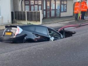 Une voiture engloutie par un énorme  gouffre à cause de la tempête Ciara