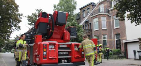Dakdekkers blussen brandje op dak in Nijmegen grotendeels zelf