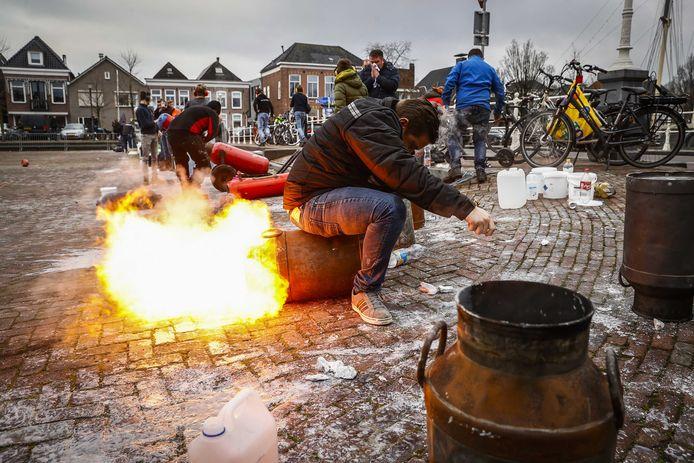 Als gevolg van het vuurwerkverbod werd er op 31 december meer met carbid geschoten. Dat zorgde volgens de politie niet voor grote problemen, al was er wel een incident op het Havenplein in Genemuiden.
