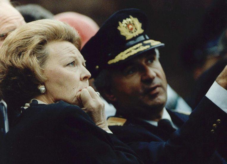 Vergezeld door brandweercommandant Ernst, bekijkt koningin Beatrix op de dag na de ramp met ontzetting de ravage in de Bijlmer. Beeld ANP