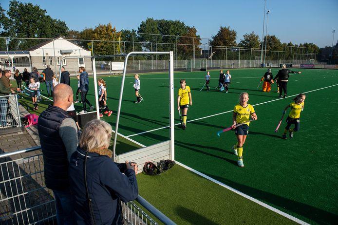 Hockeyclub Prinsenbeek bestaat 50 jaar en viert dat deze maand. De club kreeg onlangs een nieuw kunstgrasveld en krijgt een nieuw clubgebouw. Het nieuwe kunstgrasveld met huidige clubgebouw op achtergrond.
