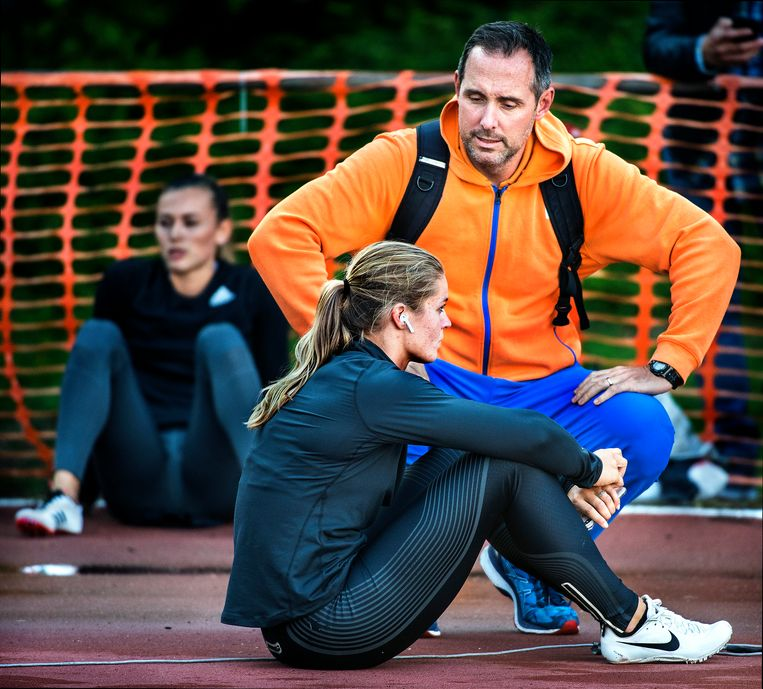 Dafne Schippers en coach Bart Bennema. Beeld Klaas Jan van der Weij / de Volkskrant