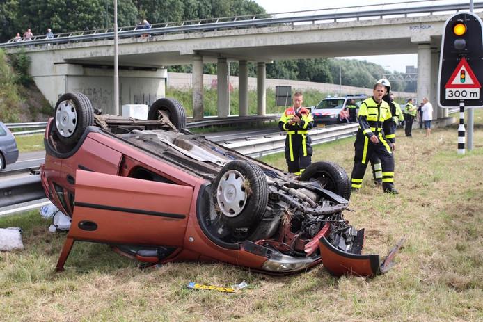 Auto op de kop op A59.