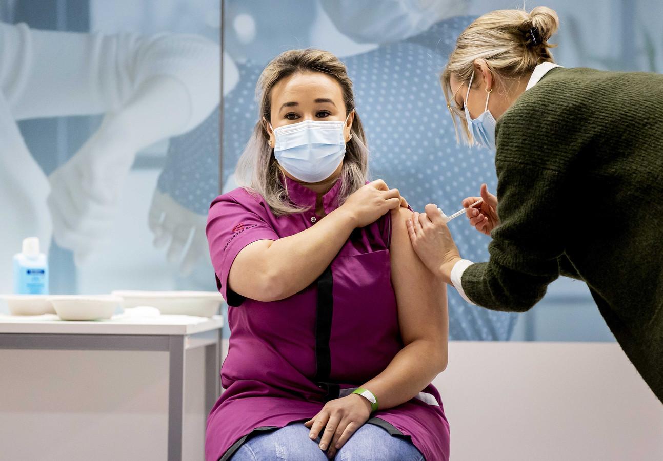 Sanna Elkadiri tijdens de vaccinatie