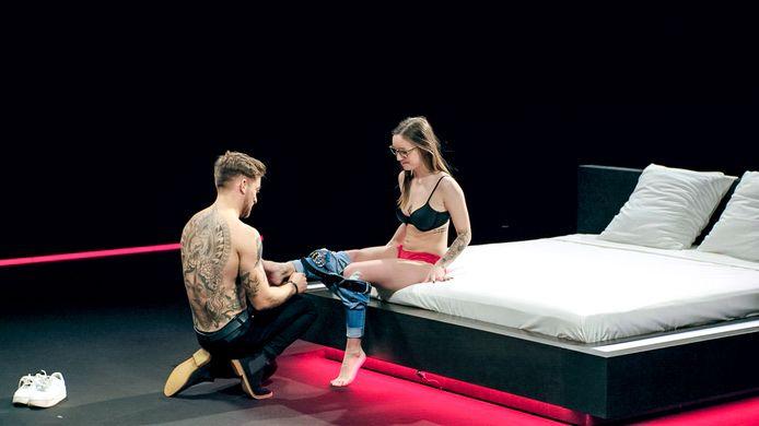 Niels kleedt Tori uit in het nieuwe datingprogramma Uit De Kleren: op dat moment kennen de twee elkaar nog geen vijf minuten.
