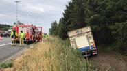Vrachtwagen in gracht naast E40 veroorzaakt file richting kust