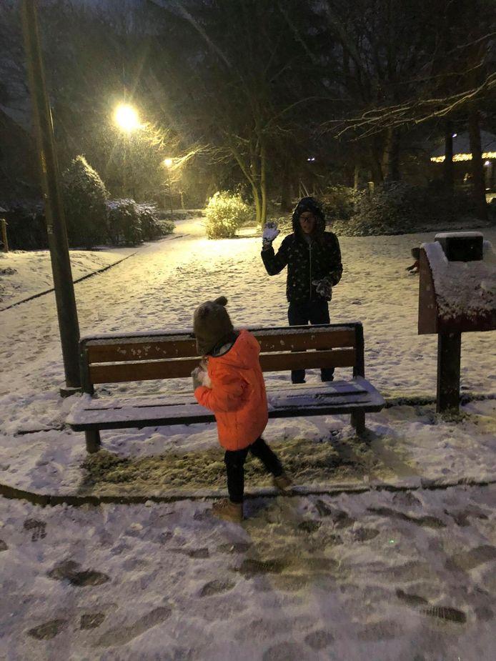 Faye en Kady trokken in Aarschot ook naar buiten om even te genieten van de sneeuw