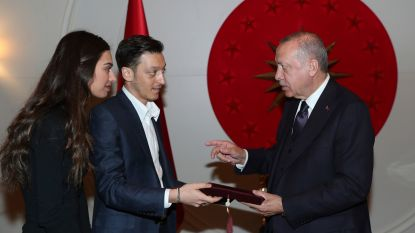 Duitsland opnieuw woedend op Mesut Özil: sterspeler nodigt Erdogan als eregast uit op zijn trouwfeest
