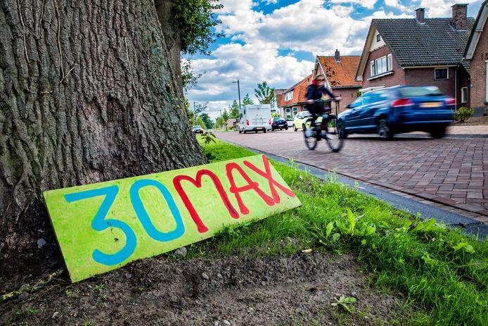 Wie de over de klinkers van de Rijksstraatweg in Voorst rijdt ziet ze overal: geknutselde bordjes en papiertjes aan lantaarnpalen met het getal 30 erop.