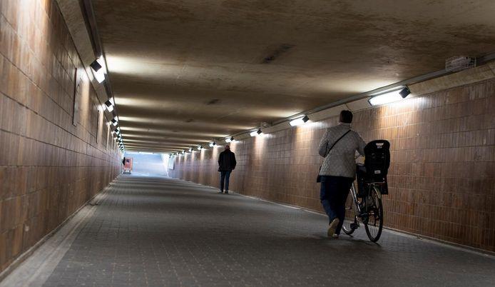 De nieuwe verlichting in de spoorwegtunnel onder het station.