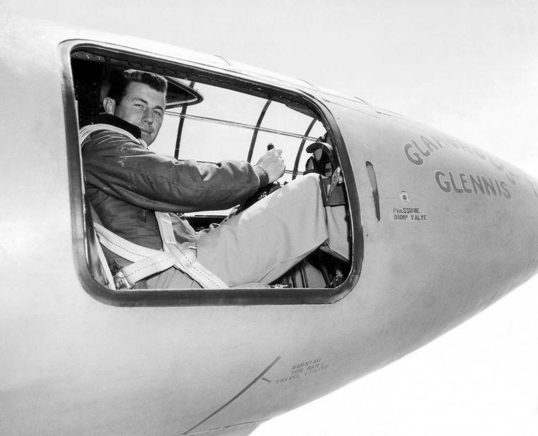 Chuck Yeager in de cockpit van de Bell X-1 in 1947. Beeld null