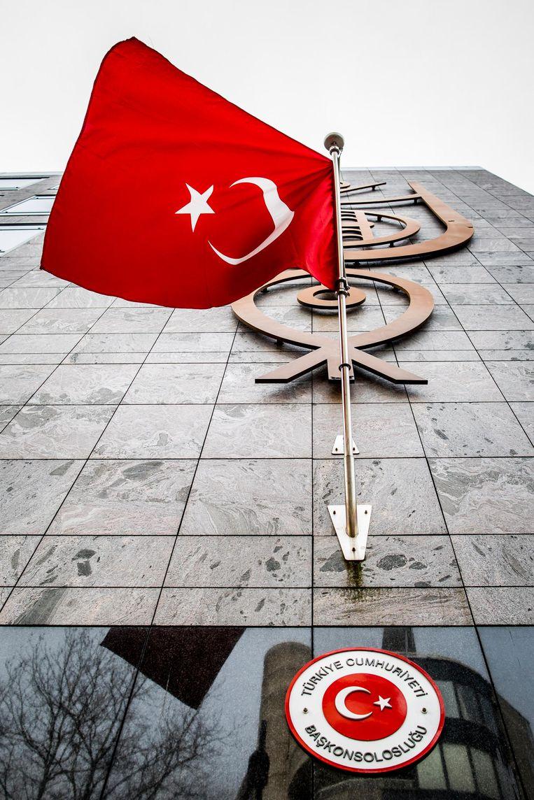 De Turkse vlag bij het Turkse consulaat in Rotterdam. Beeld Freek van den Bergh / de Volkskrant