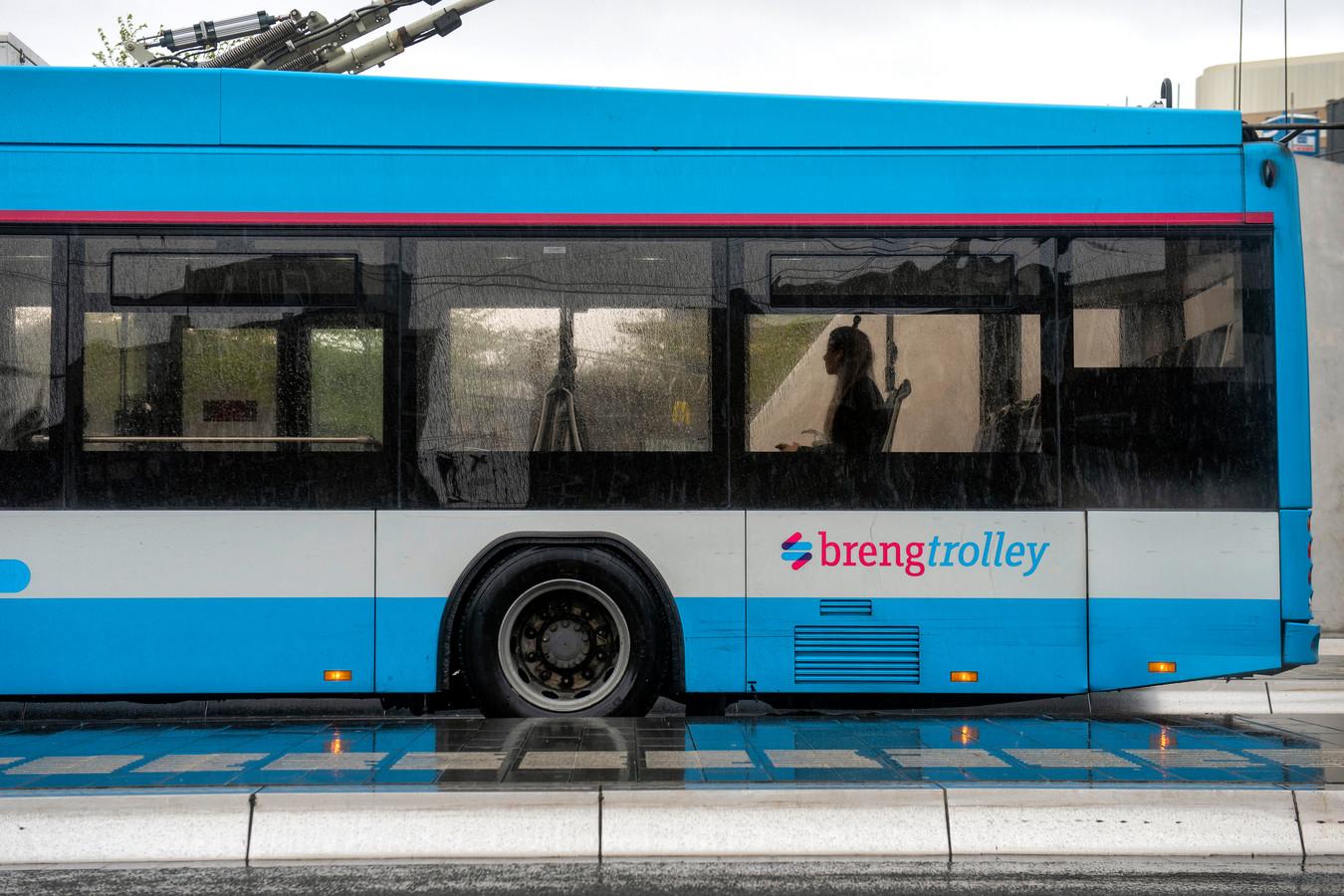 Een enkele reiziger in de bus op het station van Arnhem.
