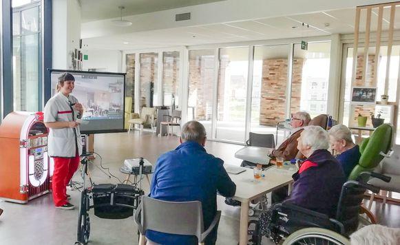 Bewoners van rusthuis De Gerda spelen bingo via Skype, met de bewoners van een andere verdieping.