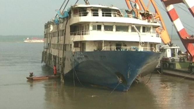 Gekapseisde ferry uit water gehaald in China
