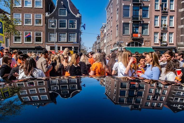 In de Westerstraat kwamen grote groepen feestvierders op Koningsdag bij elkaar zonder veel afstand te houden. Beeld Joris van Gennip