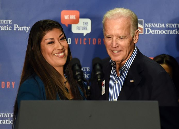 Lucy Flores (links) en Joe Biden (rechts).
