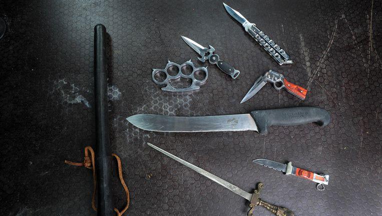 Een greep uit de in beslag genomen voorwerpen op Schiphol waar ook preventief gefouilleerd wordt. Foto ANP Beeld