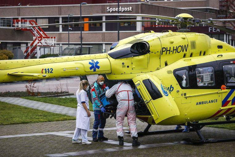 Een coronapatient wordt in een traumahelikopter gereden. Beeld ANP