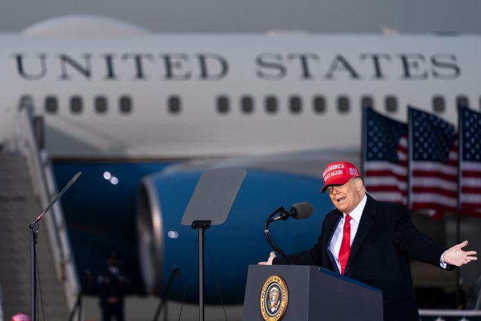 De Amerikaanse president Trump spreekt tijdens een rally in Muskegon, Michigan.