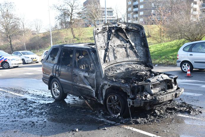 De wagen is verwoest door het vuur.