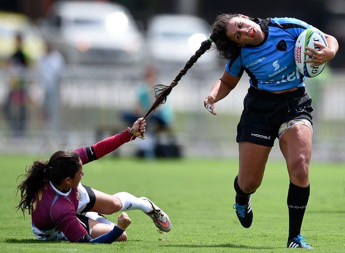 Rugby in Rio! Maryoly Gamez van Venezuela ziet nog maar een mogelijkheid om Victoria Rios van Uruguay te stoppen.