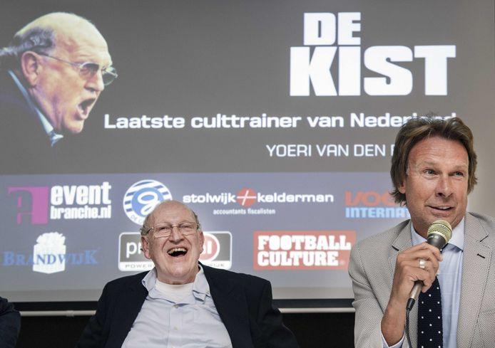 Hans Kraay jr. (rechts) tijdens de presentatie van de biografie 'De Kist' in de Vijverberg, over zijn voormalige trainer Simon Kistemaker (links).