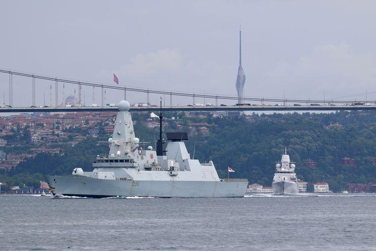 Het Britse schip HMS Defender op 14 juni op de Bosporus, toen het schip onderweg was naar de Zwarte Zee. Beeld REUTERS/Yoruk Isik