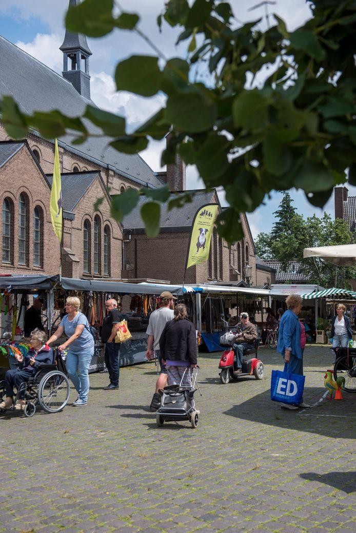 De weekmarkt op het Gerardusplein in Stratum.