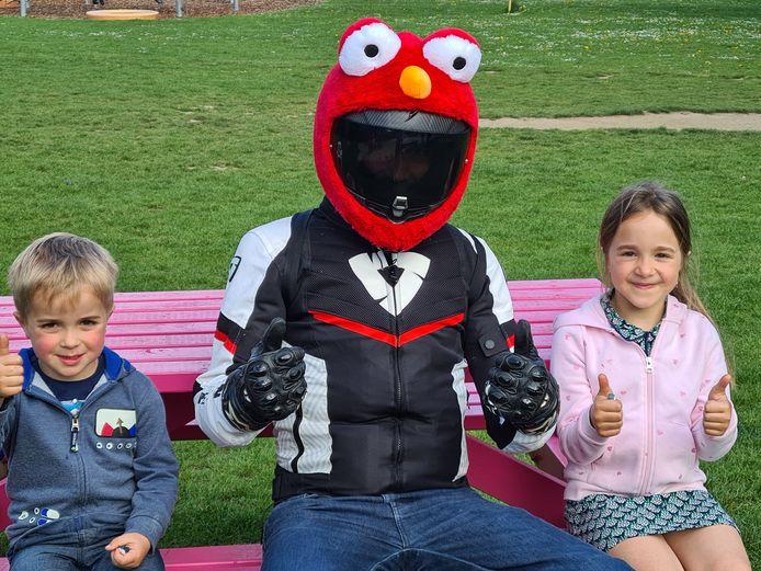 Overal waar Elmo the happy biker verschijnt reageren jong en oud enthousiast.