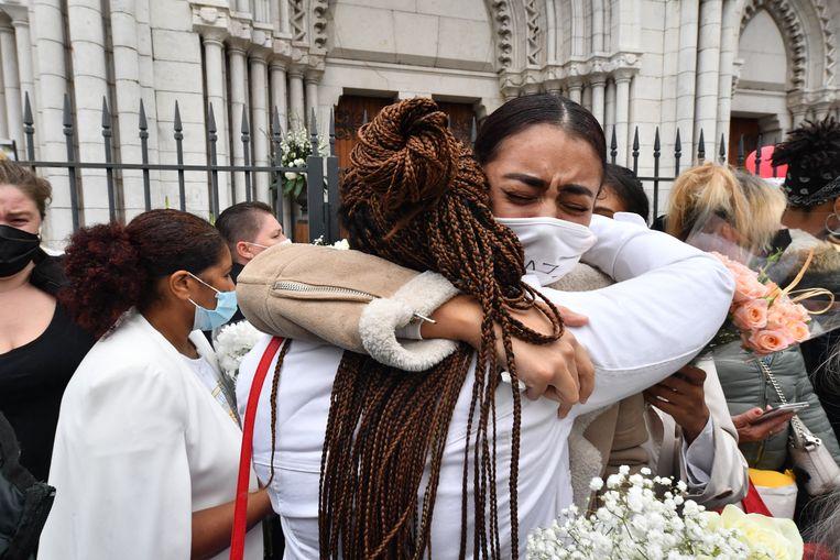 Nabestaanden en sympathisanten herdenken de aanslag in de Notre-Dame de l'Assomption-basiliek in Nice. Beeld Photo News
