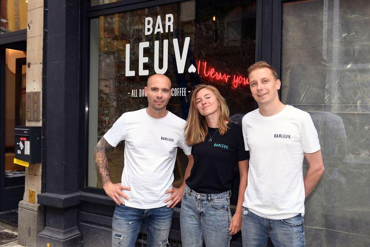 Cafébaas Igor Van Driessche met zijn verloofde Kayleigh Goovaerts en dj-vriend Jan Hendrickx