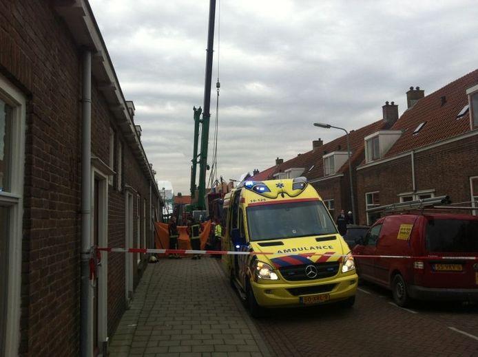 Bij een bedrijfsongeluk in de De Deckerestraat in Oost-Souburg is een man om het leven gekomen.