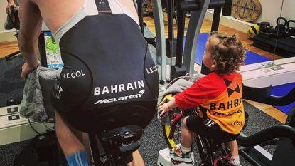 """""""Mijn hart smelt"""": Cavendish knutselt zelfgemaakte hometrainer in elkaar zodat jongste telg elke beweging van papa kan nabootsen"""