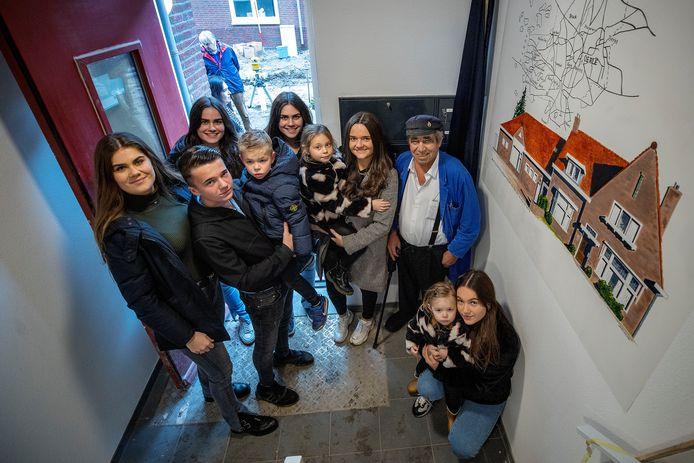 Jan Schippers (rechts met pet) heeft de muurschildering in het nieuwe appartementencomplex onthuld.