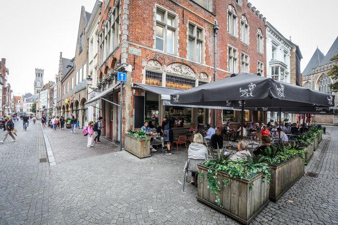 Een horecazaak in de Steenstraat: aanvragen voor nieuwe cafés of restaurants in de belangrijke winkelstraat zullen steevast geweigerd worden.