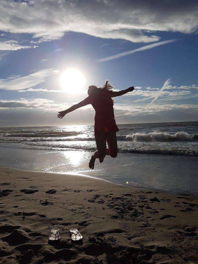 De vierde weekwinnaar van ED Zomerfoto 2020: Vader van den Bisen legt zijn dochter Neele op het juiste moment vast op het strand van het Zeeuwse Domburg. Aan de Nederlandse kust is het goed toeven en om dat te uiten deze sprong bij zonsondergang.