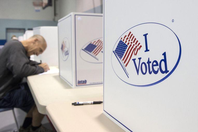 Een Amerikaan brengt zijn stem uit in Alexandria in de staat Virginia. Beeld epa