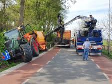 Tractor raakt van de weg en belandt in berm in Asch