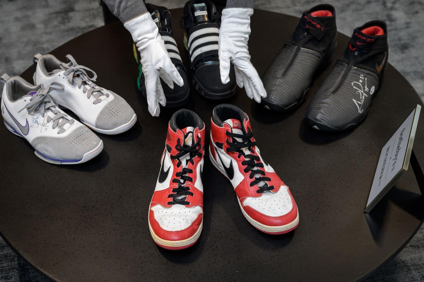 Een Amsterdammer wilde geen 800 euro betalen voor een paar sneakers en rende er mee weg.  Duur? Het kan altijd duurder, in Zwitserland worden dit weekeinde  de stappers van  Michael Jordan geveild. Inzet anderhalve ton.