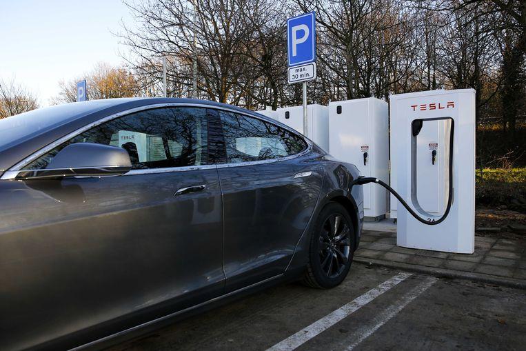 Gemiddeld duurt het nu zo'n acht uur om een elektrische auto op te laden. Tesla-baas Elon Musk voorspelde dat de grote doorbraak van supercondensatoren zou komen, die de oplaadtijd tot enkele minuten zouden kunnen reduceren. Beeld ANP