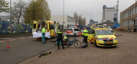 Vrouw zwaargewond afgevoerd naar ziekenhuis na val van fiets