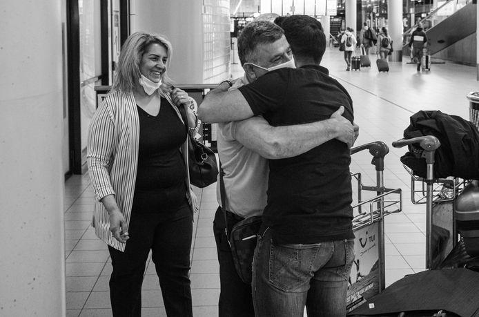 Na bijna twee jaar kon de Syrische Kamiran Rashid afgelopen zomer zijn ouders weer in zijn armen sluiten. De foto is onderdeel van het boek dat fotograaf Bernard de Graaf over het leven van de vluchteling maakte.